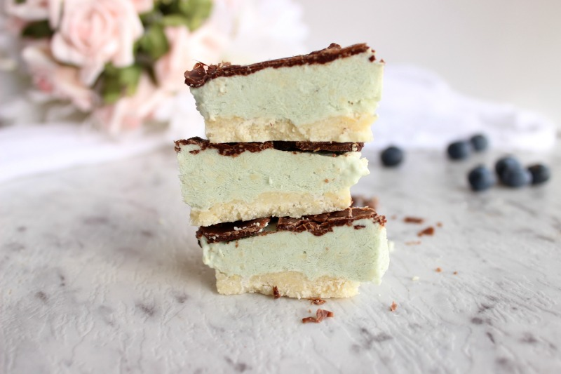 This raw peppermint slice cake is DIVINE, tastes spectacular and this raw peppermint slice cake is made using nutrient-rich whole foods. Sign me up!