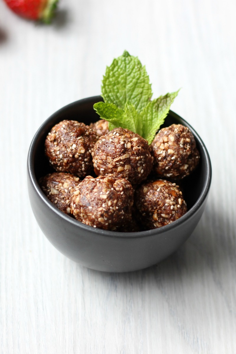 Simple and healthy cacao hazelnut bliss balls made using a Thermomix OR food processor.  Refined sugar free, dairy free, gluten free and delicious.